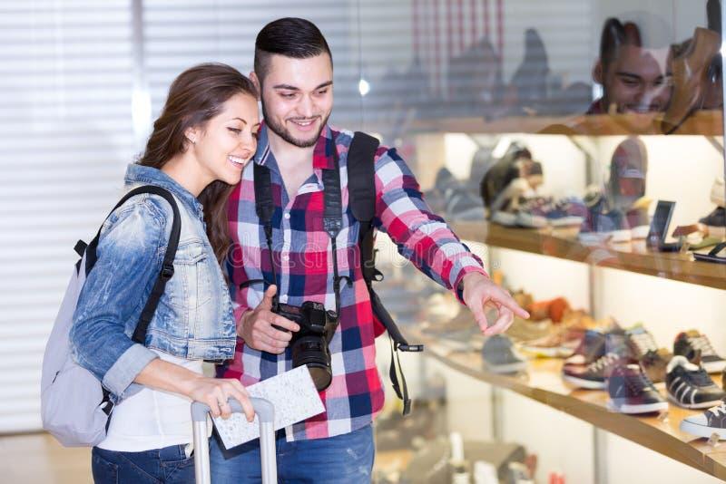Пары туристов в обувном магазине стоковая фотография
