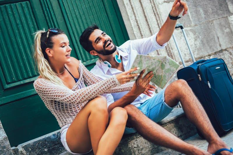 Пары туристов идя вокруг старого городка Каникулы, лето, праздник, туризм: концепция стоковое изображение