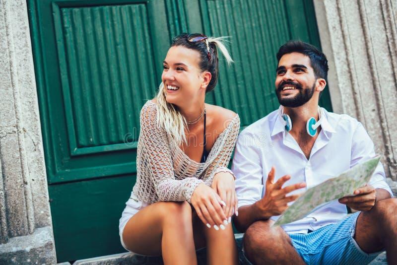 Соедините туристов идя вокруг старого городка Каникулы, лето, праздник, туризм: концепция стоковая фотография