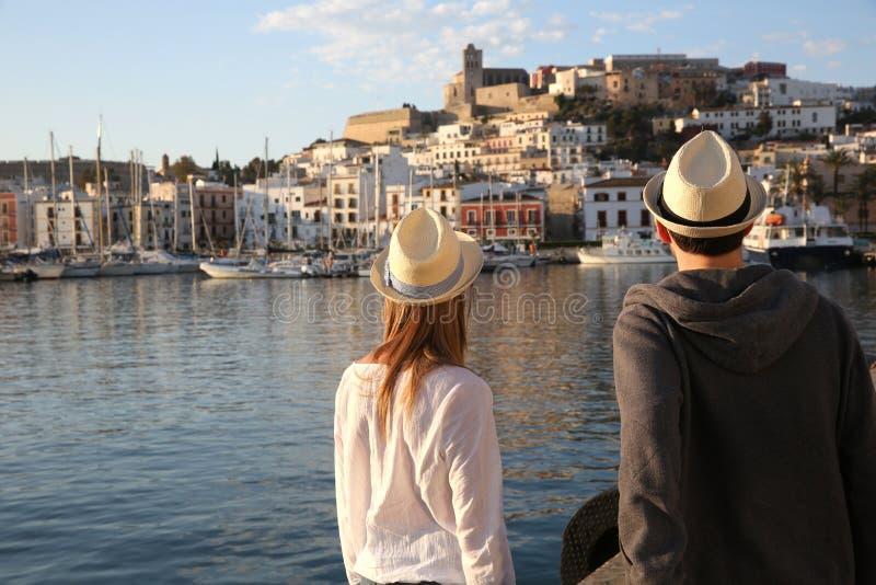 Пары туристов путешествуя к ibiza стоковые фотографии rf