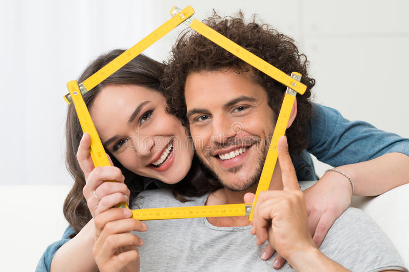 Пары думая покупая дома стоковое изображение