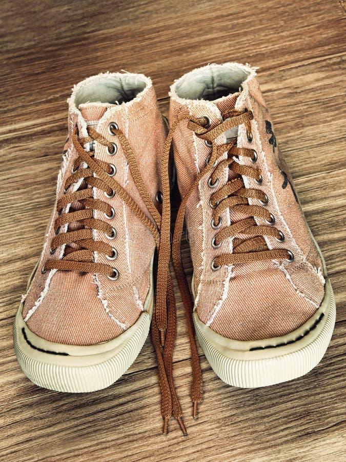 Пары ультрамодного ботинка спортзала на деревянной крупном плане принятом предпосылкой стоковое изображение rf