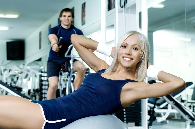 Пары фитнеса в спортзале стоковое фото rf