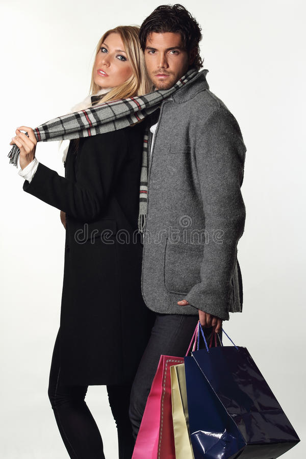 Пары фотомоделей нося платье зимы стоковое изображение rf