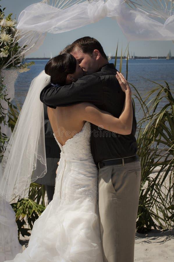 пары целуют тропическое венчание стоковое изображение rf