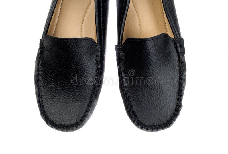 Пары черных кожаных mackasins изолированных на белой предпосылке стоковая фотография rf