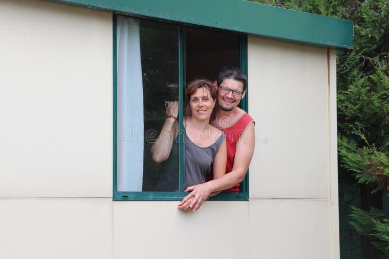 Пары 2 любовников на окне бунгала стоковые изображения rf