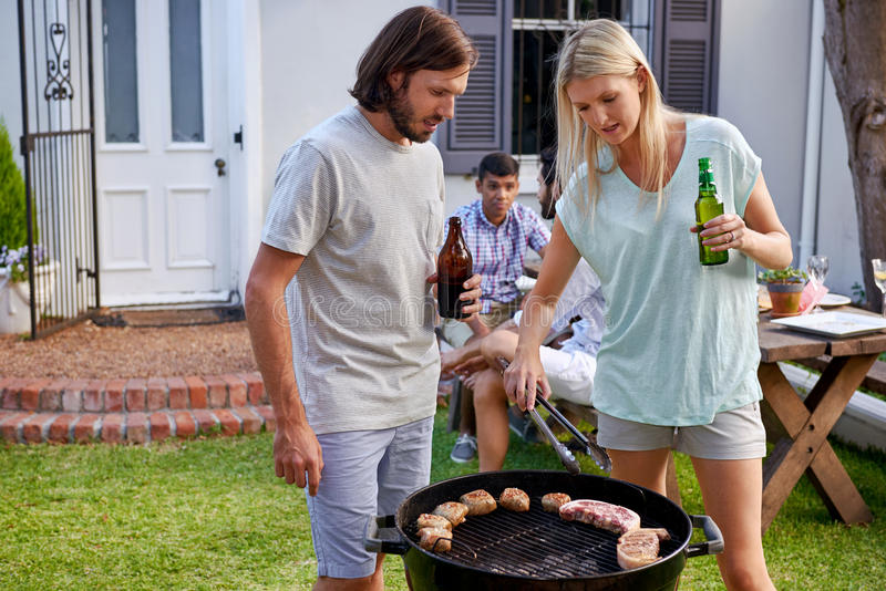 Пары barbecuing стоковые изображения