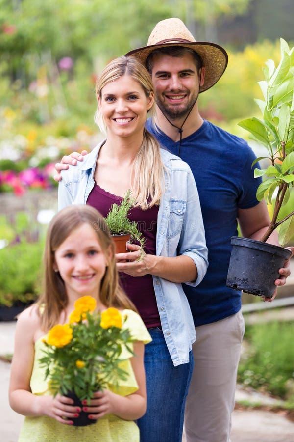 Пары Bautiful с ними дочь смотря камеру в парнике стоковое фото rf