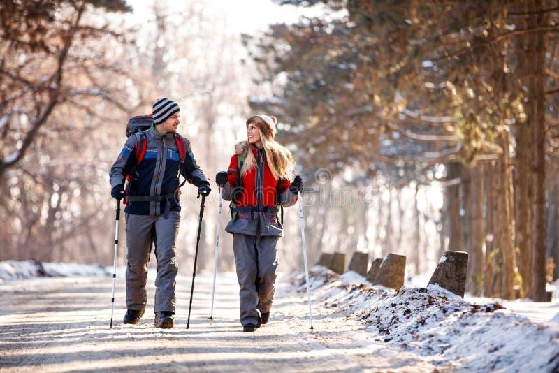 Пары hikers идя и говоря в природе стоковые фото