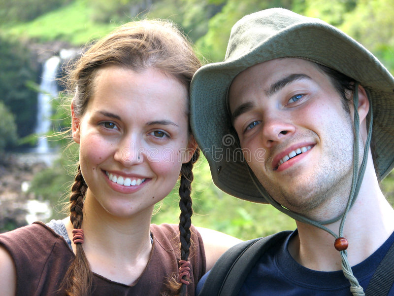 пары hiking водопад стоковые фото