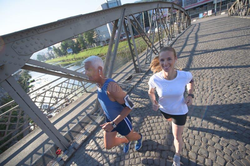 Пары jogging стоковые фото