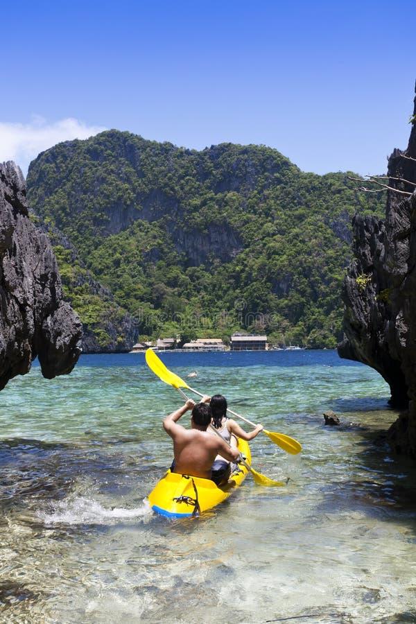 Пары kayaking стоковые фотографии rf