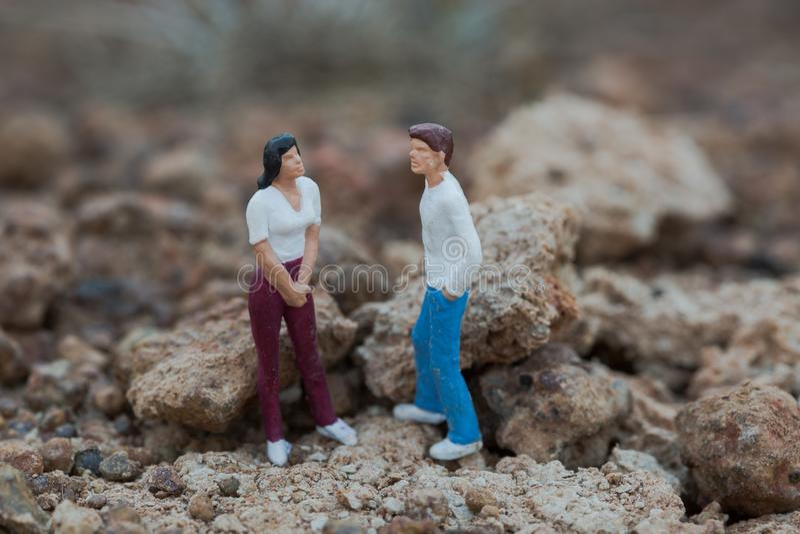 Пары Mniature, имеющ разговор - концепцию стоковая фотография rf