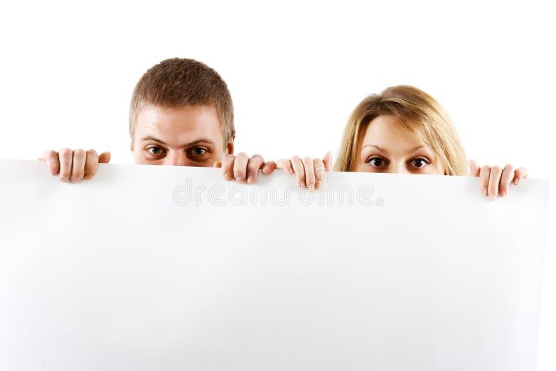 Пары peeking вне от за будочки стоковые изображения rf