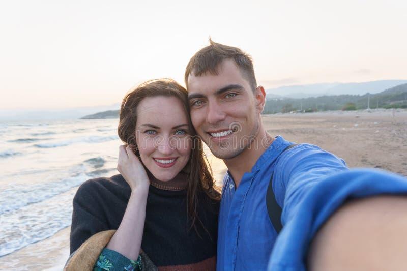 Пары Selfie молодые красивые на пляже стоковые изображения