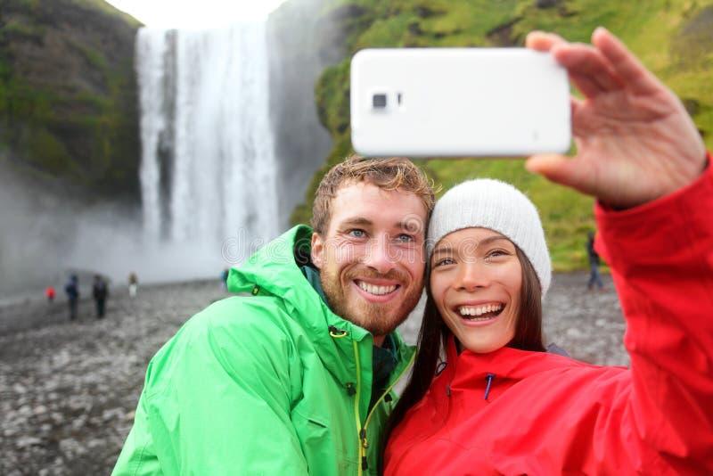 Пары Selfie принимая водопад изображения smartphone стоковая фотография
