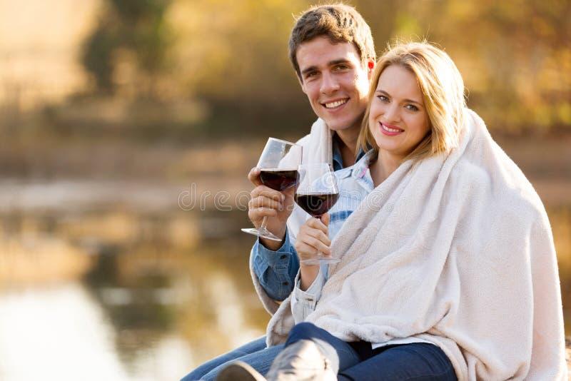 Пары snuggle outdoors стоковая фотография