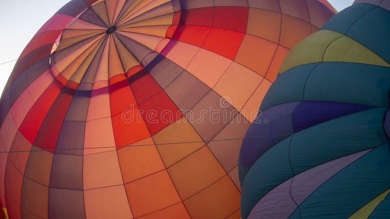 Пары Sunlit горячих воздушных шаров стоковые фото