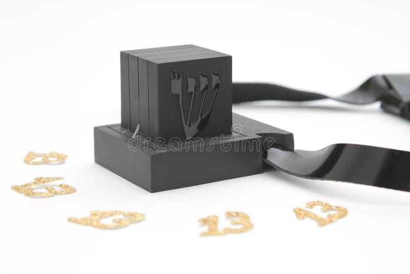 Пары tefilin и символ еврейских людей, пара Tallit a tefillin с черными ремнями, изолированная на белой предпосылке, wi стоковое изображение