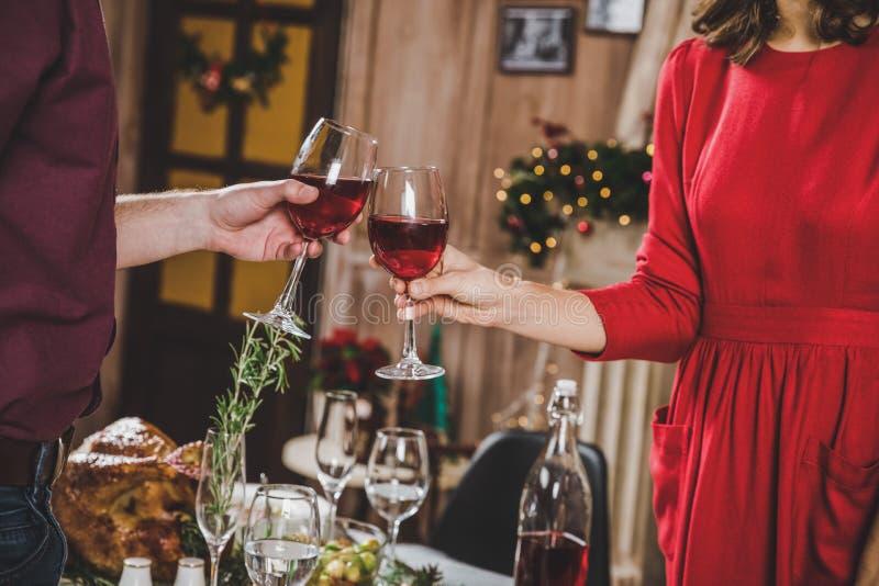 пары toasting вино стоковые изображения