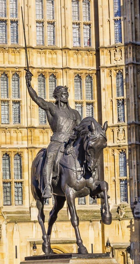 Парламент Вестминстер Лондон Англия статуи короля Ричарда 1 Lionhearted стоковые фотографии rf