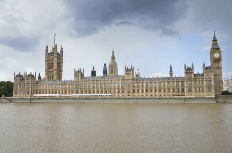 Парламент Великобритании, местная пристань для шлюпок, большое Бен, и Река Темза стоковое изображение rf