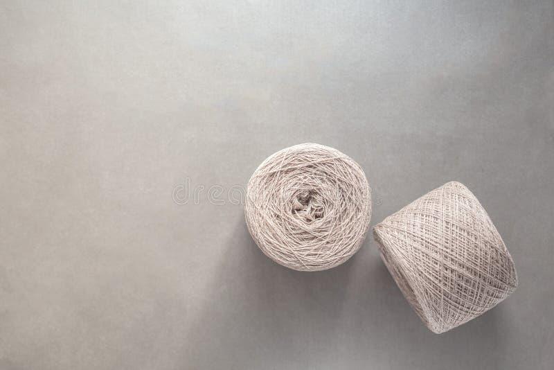 2 пасма пряжи шерстей на светлом - серая бумажная предпосылка стоковые изображения rf