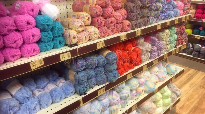 Пасма шерстей или пряжи в магазине стоковое изображение