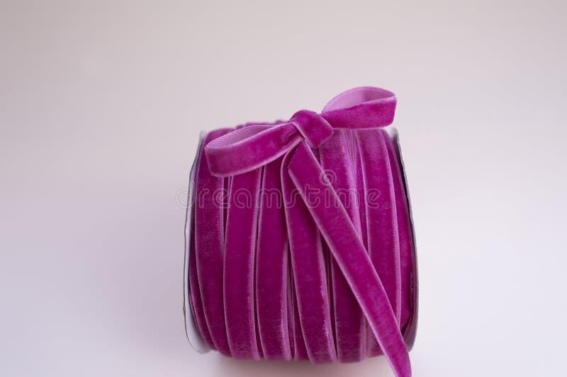 Пасмо ленты бархата бургундской для создания программы-оболочки floristics и подарка с милым смычком на стороне стоковые фотографии rf
