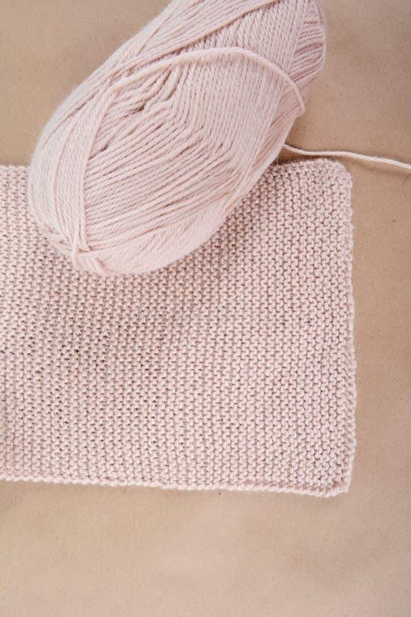 Пасмо шерстей и связанного шарфа бежевого потока стоковые изображения rf
