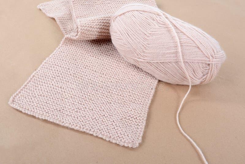Пасмо шерстей и связанного шарфа бежевого потока стоковое изображение rf