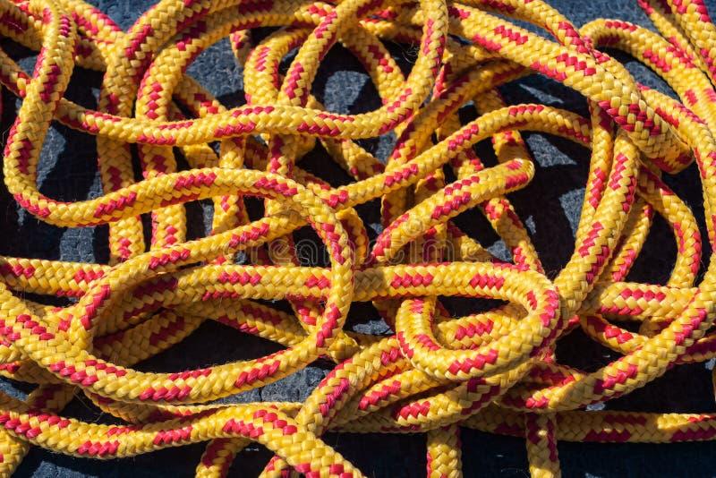 Пасмо яркой запутанной оранжевой веревочки стоковое фото
