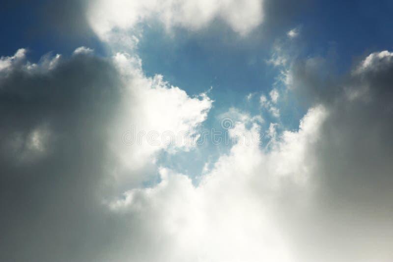 Пасмурная ненастная предпосылка голубого неба стоковое фото rf