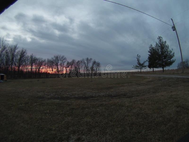 Пасмурная ноча с с оранжевым заходом солнца стоковое изображение rf