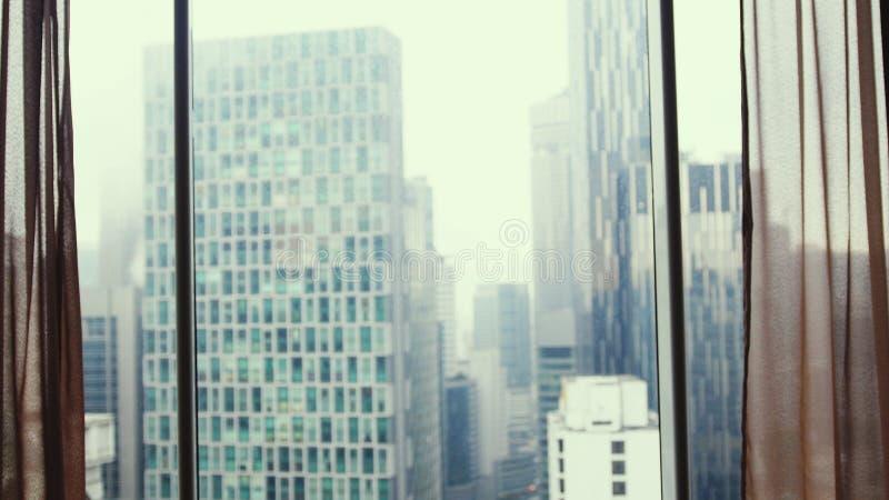 Пасмурная панорама жилых домов вечера ненастная погода осмотрите окно стоковое фото rf
