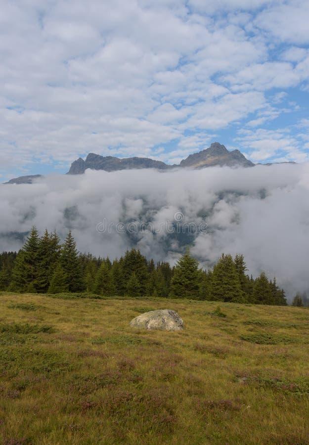 Пасмурная сцена в швейцарских горных вершинах стоковое изображение
