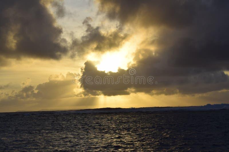 Пасмурное утро в море стоковые фото