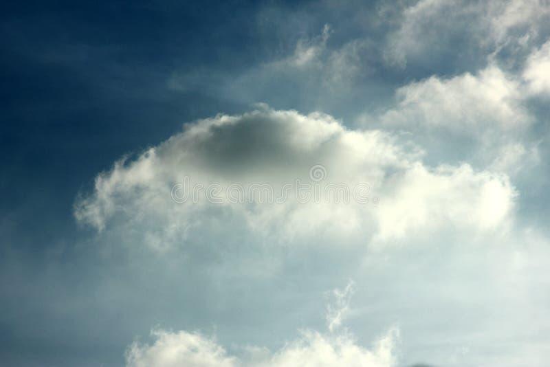 Пасмурные ненастные обои предпосылки голубого неба стоковые фотографии rf