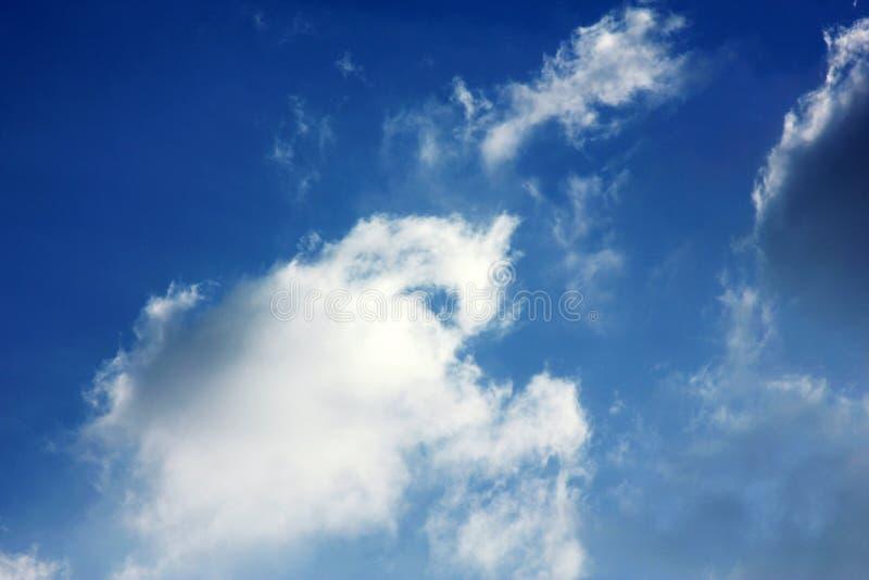 Пасмурные обои предпосылки голубого неба стоковое изображение rf