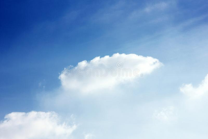 Пасмурные обои предпосылки голубого неба стоковое фото