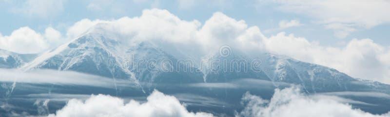 Пасмурные снежные пики Альп Туманная гора стоковая фотография