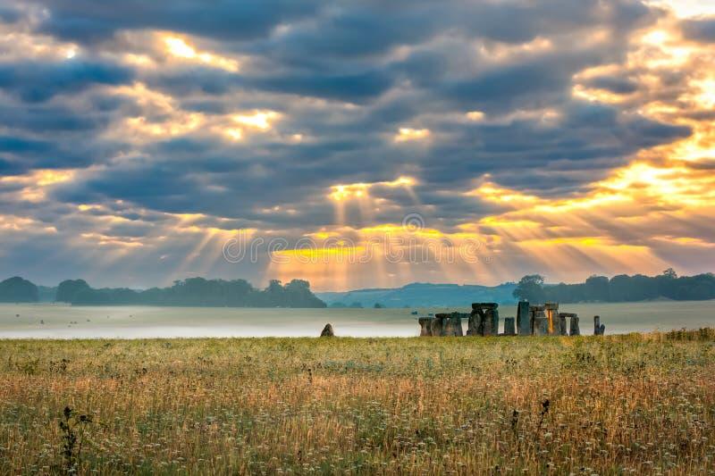 Пасмурный восход солнца над Стоунхенджем стоковое фото rf