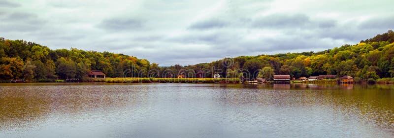 Пасмурный день осени на озере стоковые изображения rf