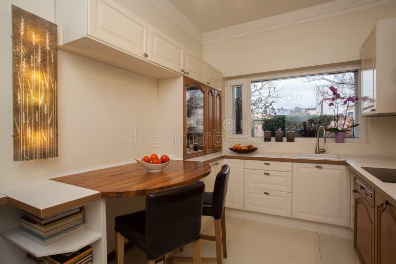 Пасмурный дом - зеркало ванной комнаты стоковое изображение