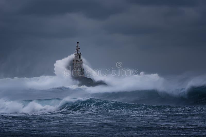 пасмурный день Драматическое небо и огромные волны на маяке, Ahtopol, Болгарии стоковое изображение rf