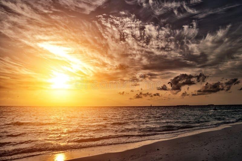 Пасмурный заход солнца на пляже Мальдивах стоковое фото rf