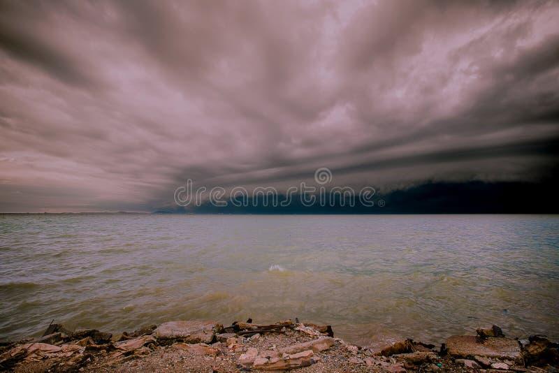 Пасмурный шторм в море перед дождем облако штормов торнадо над морем Сезон муссона Ураган Флоренс стоковые фотографии rf