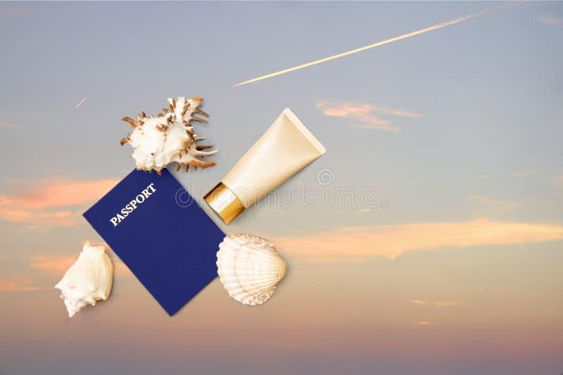 Паспорт, солнце creen сливк и раковины, небо стоковое изображение
