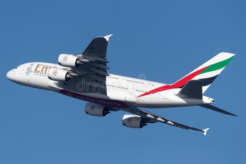 Пассажирские самолеты аэробуса A380 4 эмиратов engined большие принимая от аэропорта Сиднея стоковое фото